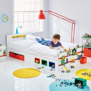 se bo vaš malček dobro počutil in mirno spal. Ne pozabite izbrani tudi udobne vzmetnice ter lepega seta posteljnine. Nad to atraktivnootroško posteljobo navdušen prav vsak otrok. Še posebej bo očarala vse ljubitelje Lego sveta. Postelja je namreč prilagojena tako