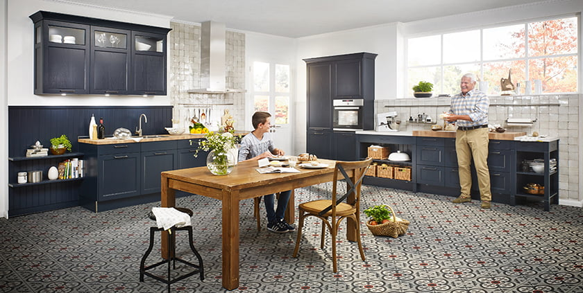 Podezelska kuhinja modra elegantna temne barve