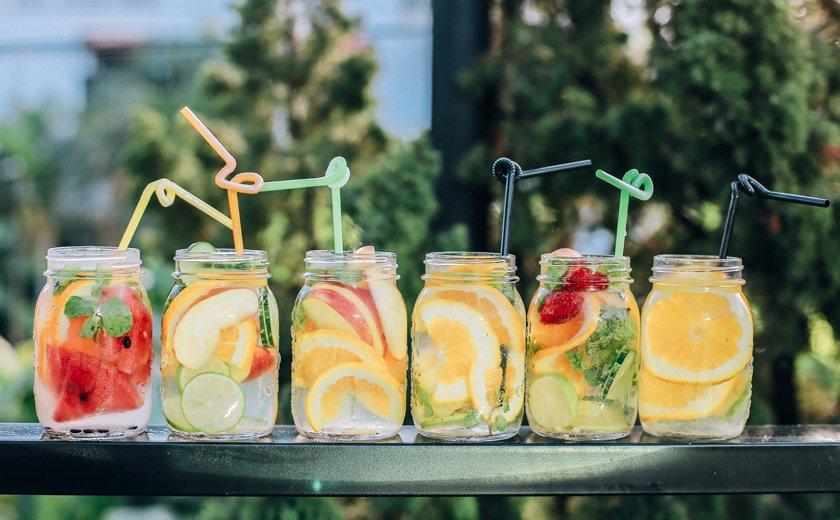 Poletne počitnice kozarec limonada sadje slamice