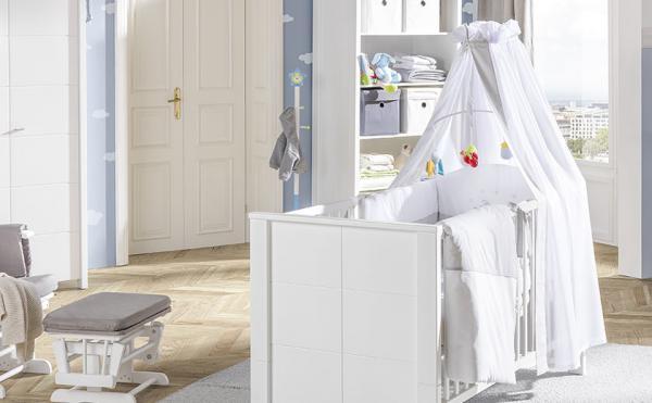 Otroška posteljica z baldahinom v beli barvi