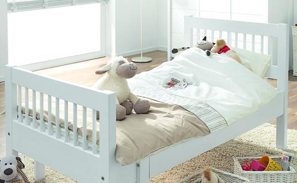 Bela masivna otroška postelja