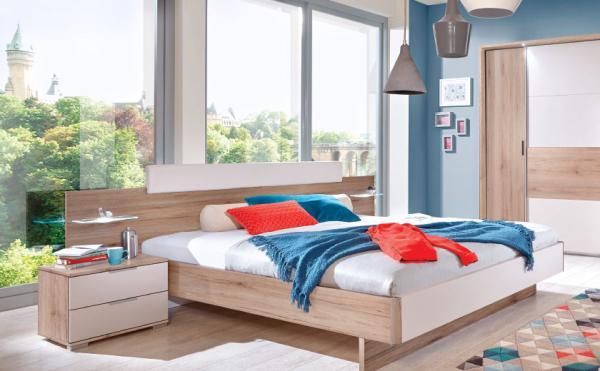 Moderna spalnica z dodatki v živih barvah