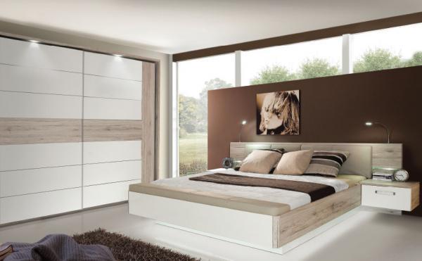 S svetili opremljena spalnica v rjavih tonih