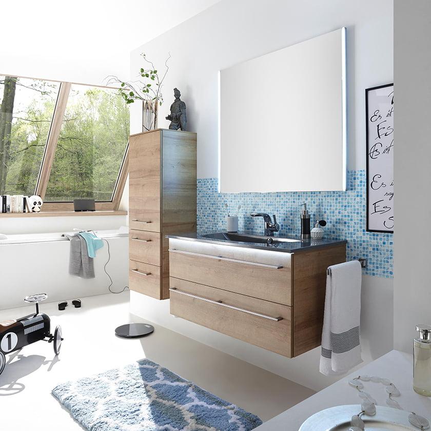kopalnica modra dekor ogledala omarice osvetlitev svetloba