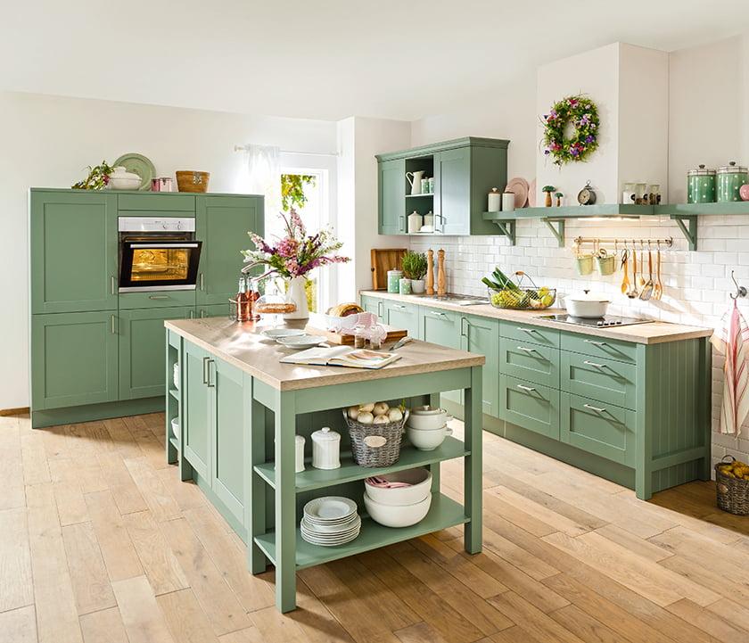 podeželska kuhinja klasika kuhinjski otok nežne zelene barve