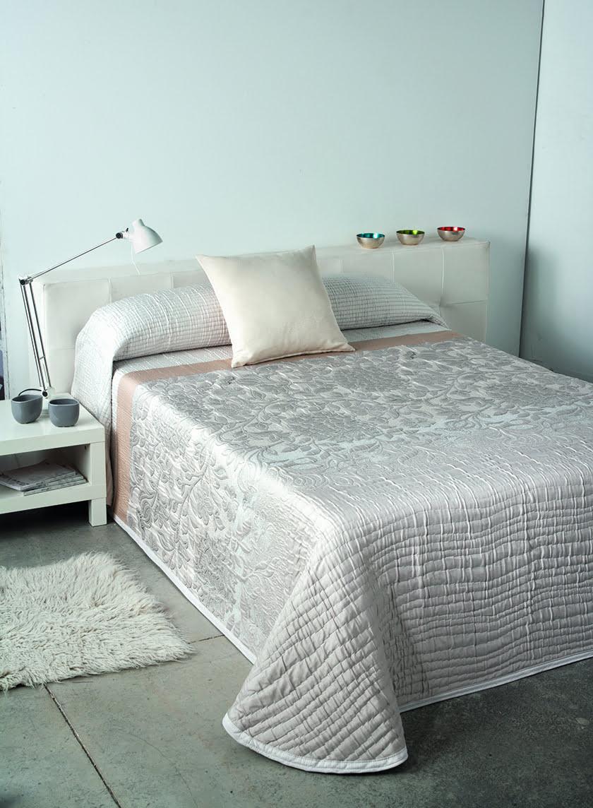 posteljnina pregrinjalo vzglavniki odeje urejen izgled