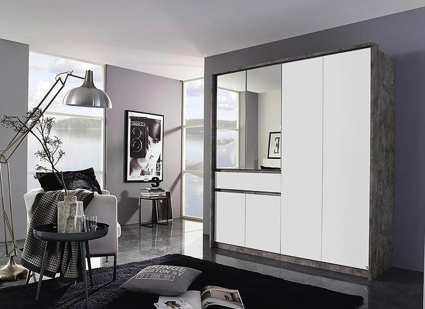 spalnica garderoba omare z drsnimi vrati kotne omare ogledala dekor preproge