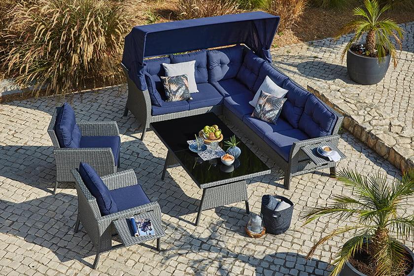 vrtna garnitura pletena nevtralna siva barva modre blazine senčnik rastlinje