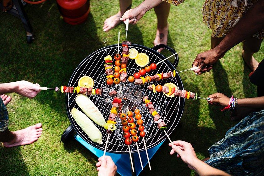 žar na oglje hrana druženje avtentičen dimljen okus