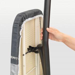 Brabantia likalna deska D 135x45 metal Brabantia likalna deska D je sodobno oblikovana deska s prijetnim vzorcem in s posebno obliko nog. Te so zasnovane tako
