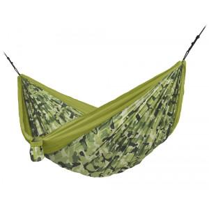 Dvojna potovalna viseča mreža Colibri je izjemno lahka in praktična. S tehnologijo SmartHook omogoča preprosto namestitev le v nekaj